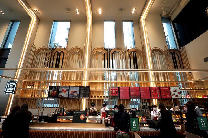 散發Art Deco曲線元素和挑高充滿教堂詩意的吧檯區,營造全台唯一飯店內星巴克的獨特設計魅力。(圖.林玉偉 拍攝)