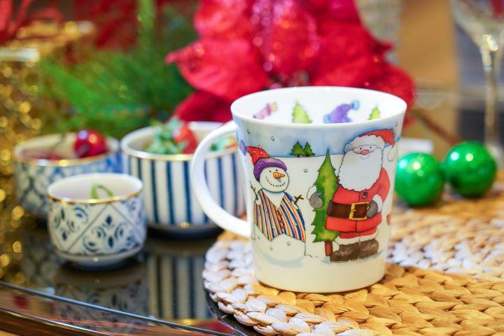 冬天派對過節,最適合拿在手上拿一杯暖暖的馬克杯,溫暖了手也溫暖了心。 (圖.林玉偉 攝影)