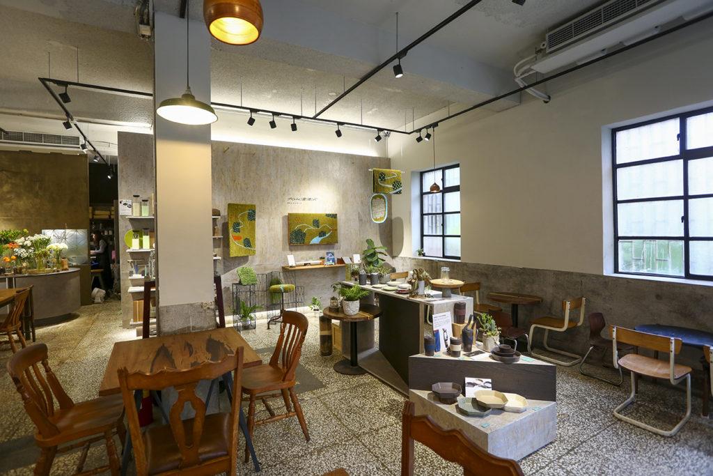 「厝內與咖啡與綠」隱身老屋,結合了選物、餐飲與花藝,是複合式空間。(圖.蔡暉宏攝)