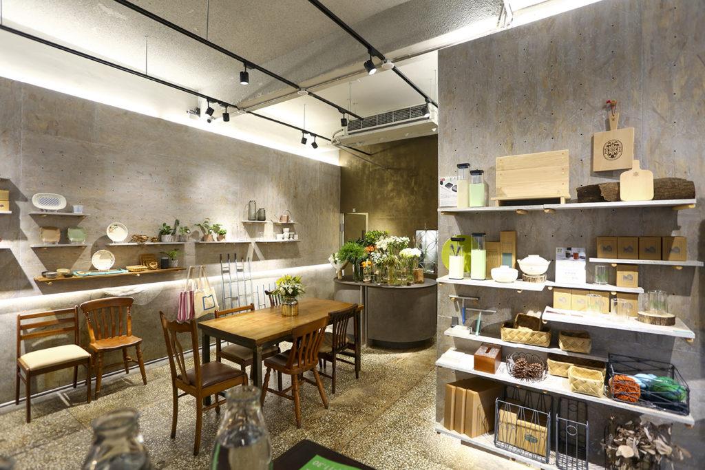 「厝內與咖啡與綠」邀請客人進入一個以選物、花藝與美味的生活感空間,舒服地過日子。 (圖.蔡暉宏攝)
