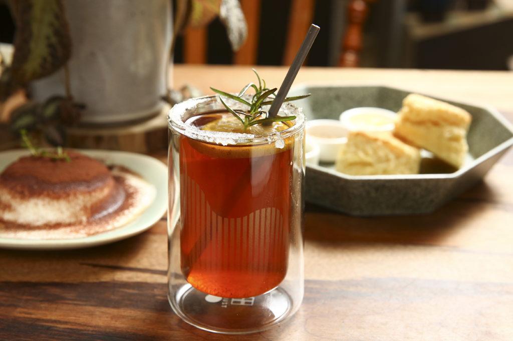 在選物店飲一杯咖啡,很是享受時光。 厝內特別為大山雙層玻璃杯設計二款飲品,洛神紅茶是以模里西斯紅茶為基礎,加點洛神提供香氣與酸度,杯口巧思放了圈糖,飲來酸甜可口,還有香草莢香甜氣息。奶油美式是不加酒精的愛爾蘭咖啡,鮮奶油、咖啡與香料的溫暖混搭,好適合冬日來上一杯。當然, 你也可以來杯義式咖啡,都是咖啡師的用心之作。 (圖.蔡暉宏攝)
