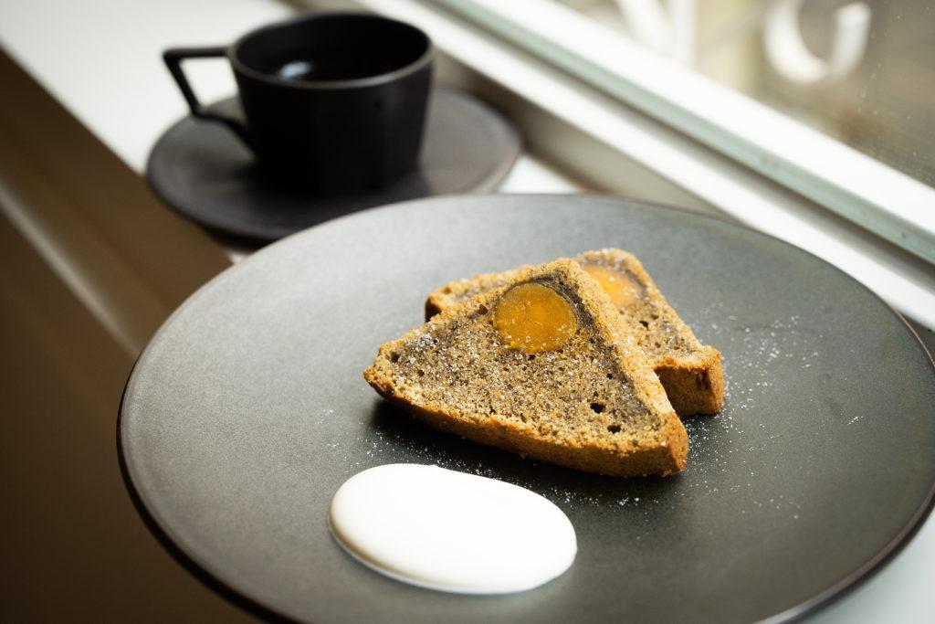 來 HAVEN coffee bar必點的烏龍茶鹹蛋黃蛋糕,蛋糕體像是溼潤一些的磅蛋糕,揉合了台灣烏龍茶與鹹蛋糕,吃來鹹香美味,還有抹茶香一路陪伴。 (圖.徐嘉駒攝)