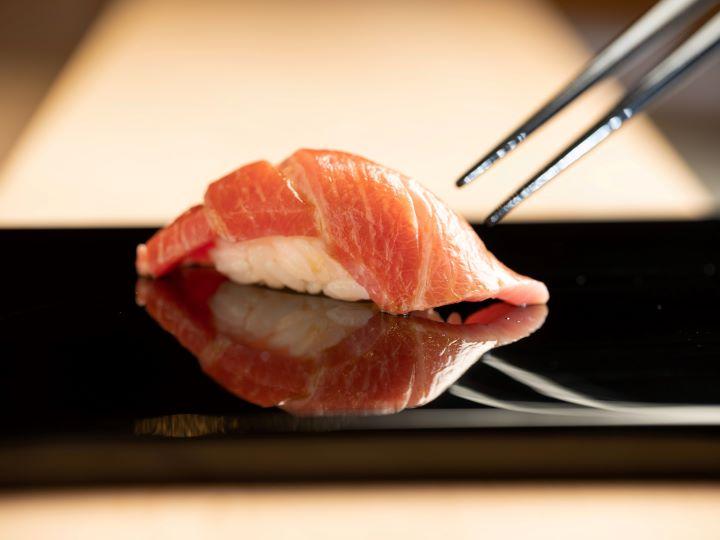 新鮮鮪魚的肉質結實,必須靜置多日等待胺基酸適度分解,憑靠著師傅精準的時間掌握,才能得到入口即化的口感 。 (圖.鮨增田 提供 )