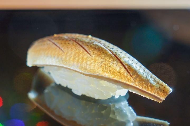 小肌為來自九州熊本天草進口的銀皮魚,魚必須先以鹽與醋醃漬,根據魚肉油脂分布程度仔細地調整鹽與醋的醃漬比例 。 (圖.林玉偉 攝影 )