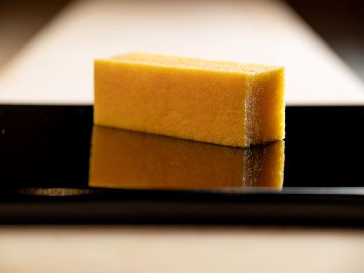 「玉子燒」是增田承襲壽司之神小野二郎的作法,以蛋液混合山藥泥、蝦漿和糖製成,口感有如蛋糕般濕潤綿密。  (圖.鮨增田 提供 )