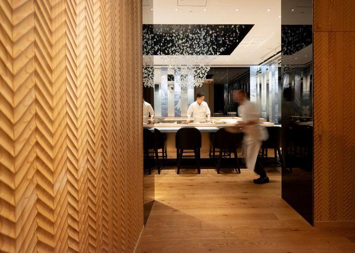 由日本空間大師橋本夕紀夫打造的「鮨增田 台北」,從最奢華的水晶到最樸質的天然木料,藉由設計結合工藝細節,精準地體現當代尊榮江戶板前料理的奢華情境。 (圖.鮨增田 提供 )