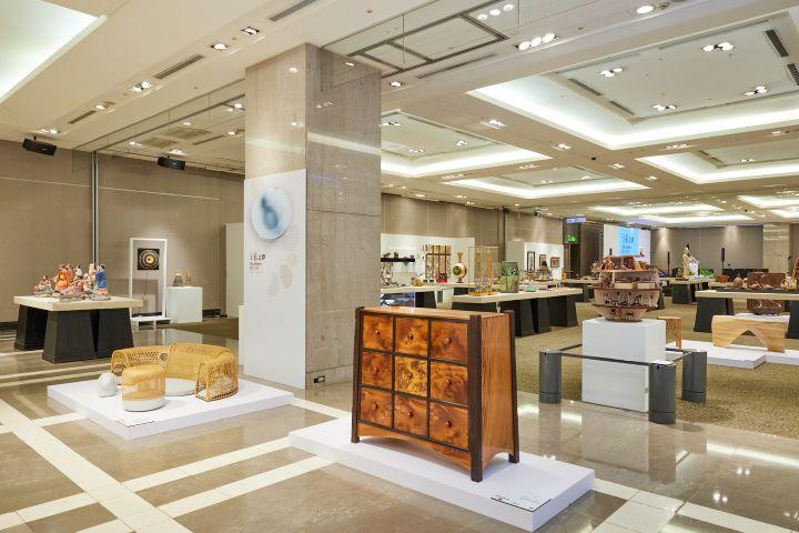 每年年末巡迴全台的工藝之夢大展,讓百貨商場多了一份藝文氣質,讓更多民眾可以認識了解台灣頂尖的工藝文化。 (圖.新光三越文教基金會 提供)