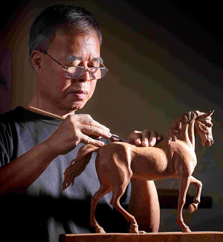 在木雕領域堅持70年的葉經義老師,是今年「國家工藝成就獎」得主。 (圖.新光三越文教基金會 提供  )
