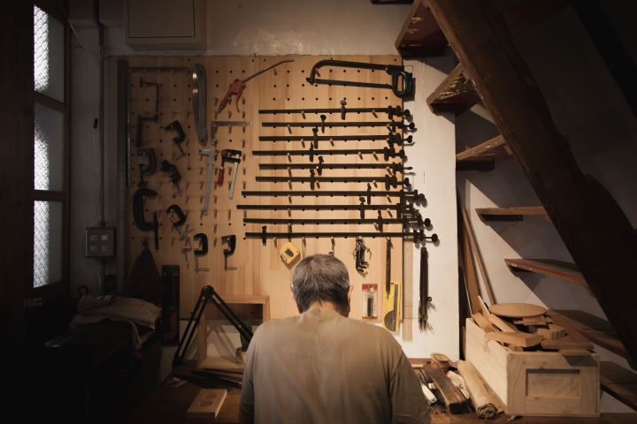 首度到百貨公司參展的台中著名百年傳統木雕工坊「陳彫刻處」 。 (圖.新光三越文教基金會 提供 )