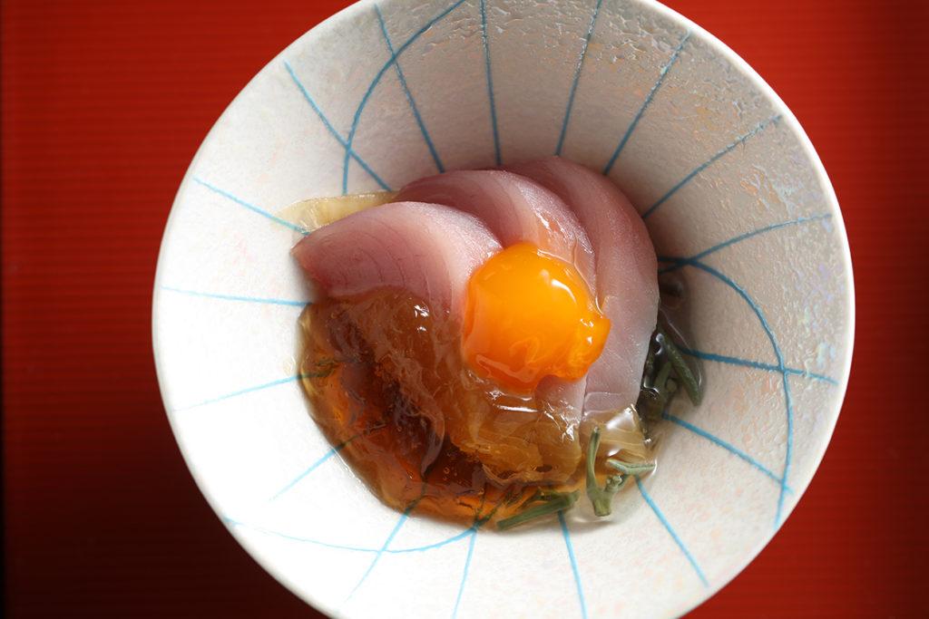 北海道干貝、滷煮南非鮑魚握壽司,口味單純細緻。鰹魚搭配溫和土佐醋凍與在零下50度低溫凝凍熟化的蛋黃,光這小品,就十分耗費心神了。其它小品或烤物、蒸蛋,即便是水果、手打蕨餅,都充滿著阿同師傅無私分享心意。 (註:菜色或食材每日或有更動)(圖.米匠提供)