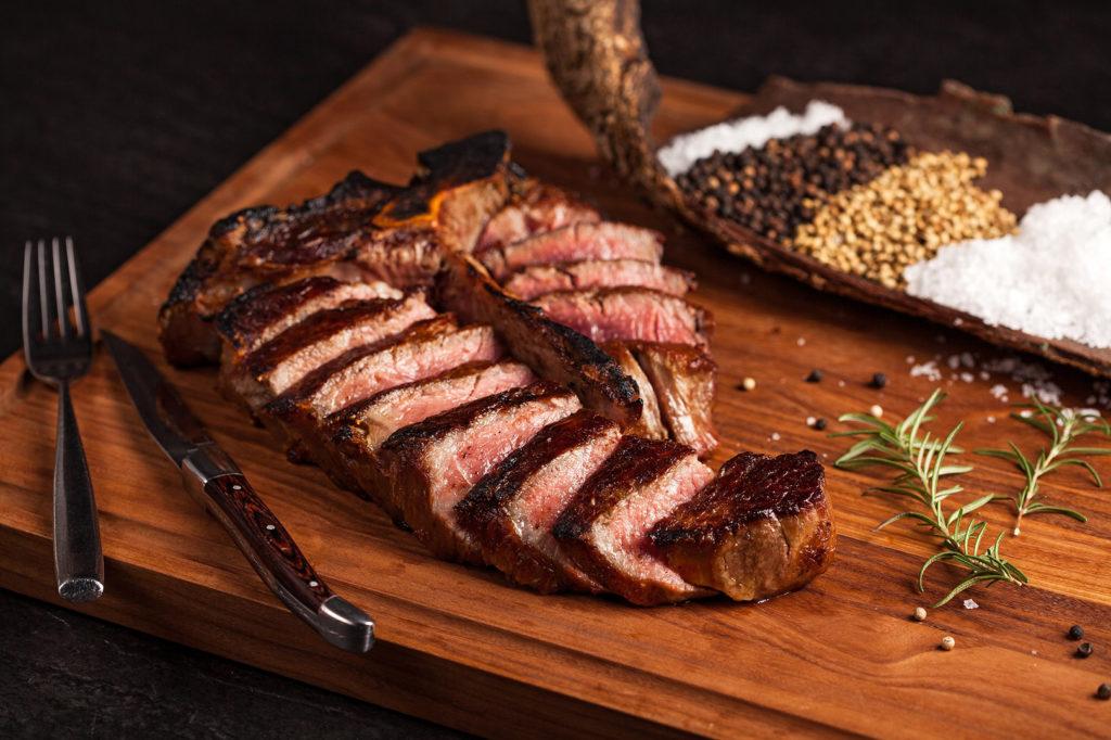 美國頂級厚切乾式熟成55天丁骨牛排,是聚餐歡度節日的好菜色。戰斧牛排一上桌就有震撼氣勢,而21天乾式熟成鴨胸美味程度不輸牛排,不少饕客可是衝著它而來。(圖.美福牛排館提供)