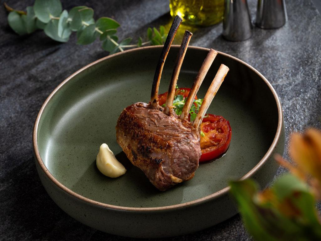 小春羊排吃來有著牛排的多汁,味道細緻,沾點鹽就有上乘風味。(圖.美福牛排館提供)