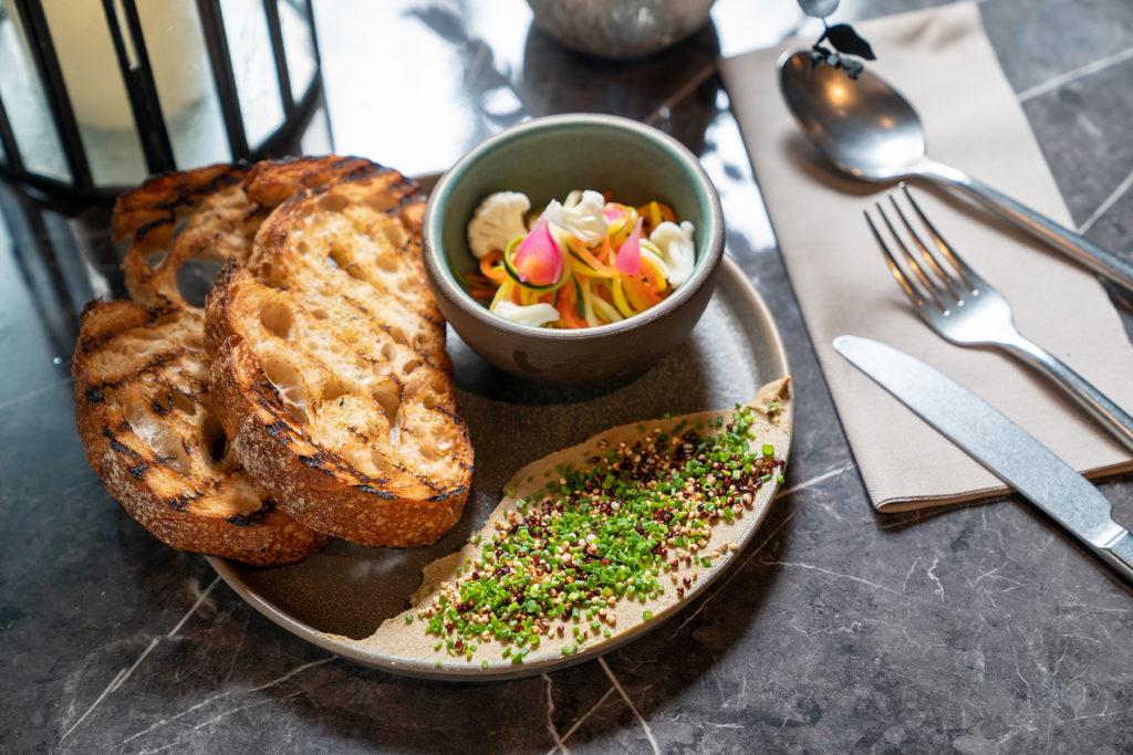 薩索雞肝醬點綴著蝦夷蔥細末、酥炸紅藜麥與小米,讓口感更形豐富。(圖.林玉偉攝)