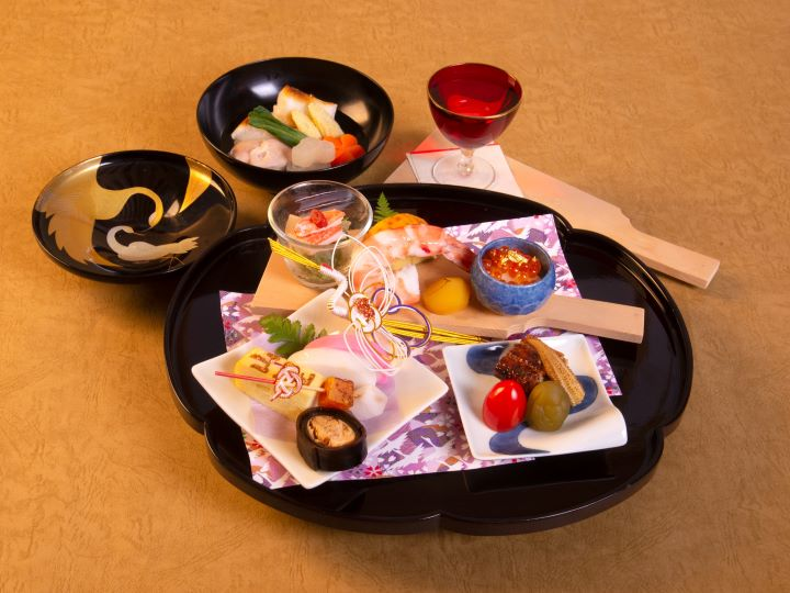 新年節慶意味十足的「新年前菜」與日式年糕湯「雜煮」。(圖.大倉久和大飯店 提供)