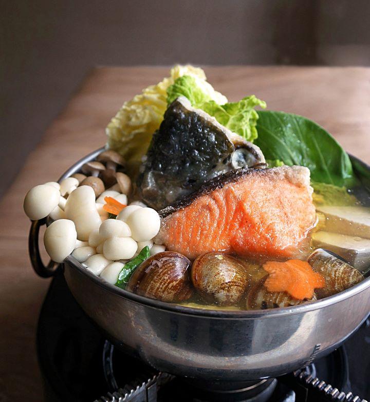 蒜香秋鮭小火鍋。(圖.神旺大飯店 提供)