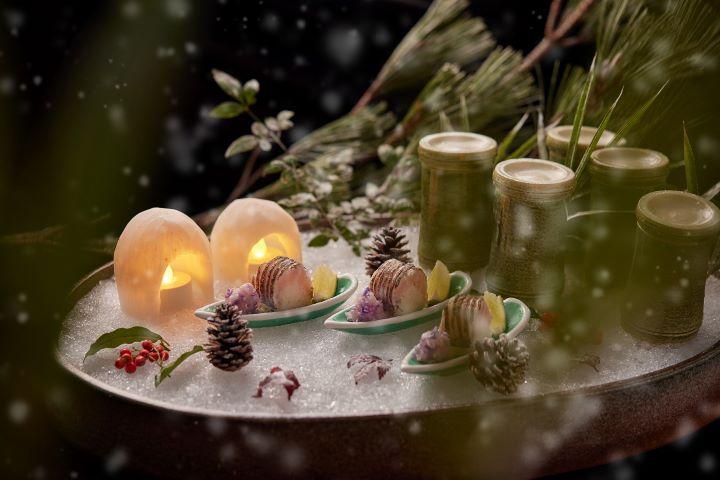 Ukai Kaiseki懷石本季懷石晚餐為貴賓呈現「雪中竹林與雪屋—炙燒鮮魚握壽司及甜蝦番茄晶凍」特製菜色。(圖.Ukai-tei Kaohsiung 提供)