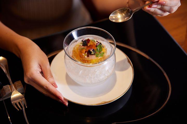 UKAI菜單主廚推薦前菜,淬取活蝦高湯冰晶成凍,點綴海膽魚子醬帶出當令海鮮的鮮甜風味。(圖.Ukai-tei Kaohsiung 提供)