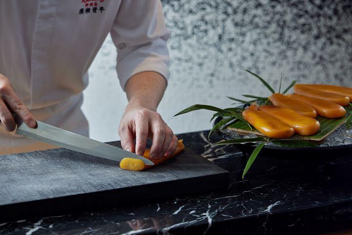 Ukai-tei懷石「自家製烏魚子」則是以耗時費日、堅持料理悉心自製的主廚入魂精神。(圖.Ukai-tei Kaohsiung 提供)