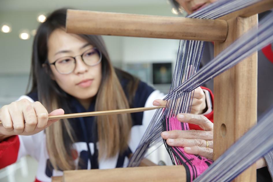 遊客來到鳳林,可以和織帶老師學習挑織,靜下心靈沉浸在織布的樂趣。( 圖.妮可魯)