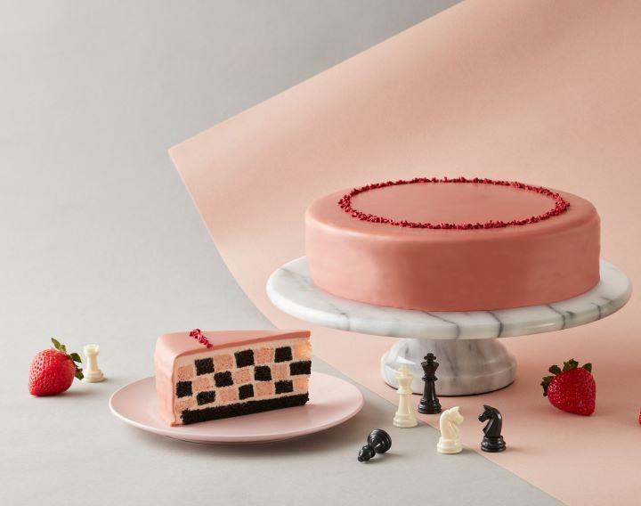 首度亮相的Lady M全新草莓巧克力棋格蛋糕。(圖.Lady M 提供)