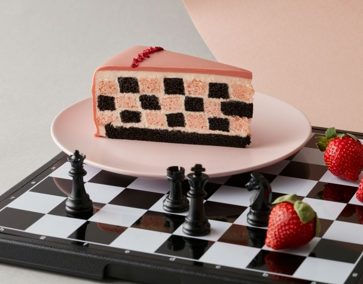 草莓巧克力棋格蛋糕以內斂的巧克力和奔放的草莓雙重滋味,呈現Lady M甜美的蛋糕滋味。(圖.Lady M 提供)