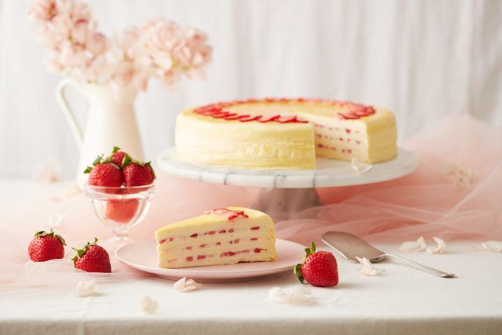 草莓千層內餡鋪上新鮮紅豔的草莓丁,每一口都能品嚐到鮮嫩細緻的草莓果肉。(圖.Lady M 提供)