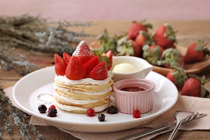 草莓王冠薄鬆餅融入北海道鮮奶油作法,為口感Q彈的薄鬆餅增添奶香風味 。(圖.杏桃鬆餅屋 提供)
