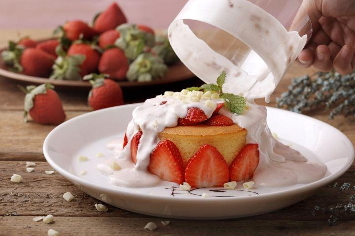 漫步雪莓厚鬆餅感受草莓奶霜潺潺流瀉而下的視覺張力。(圖.杏桃鬆餅屋 提供)