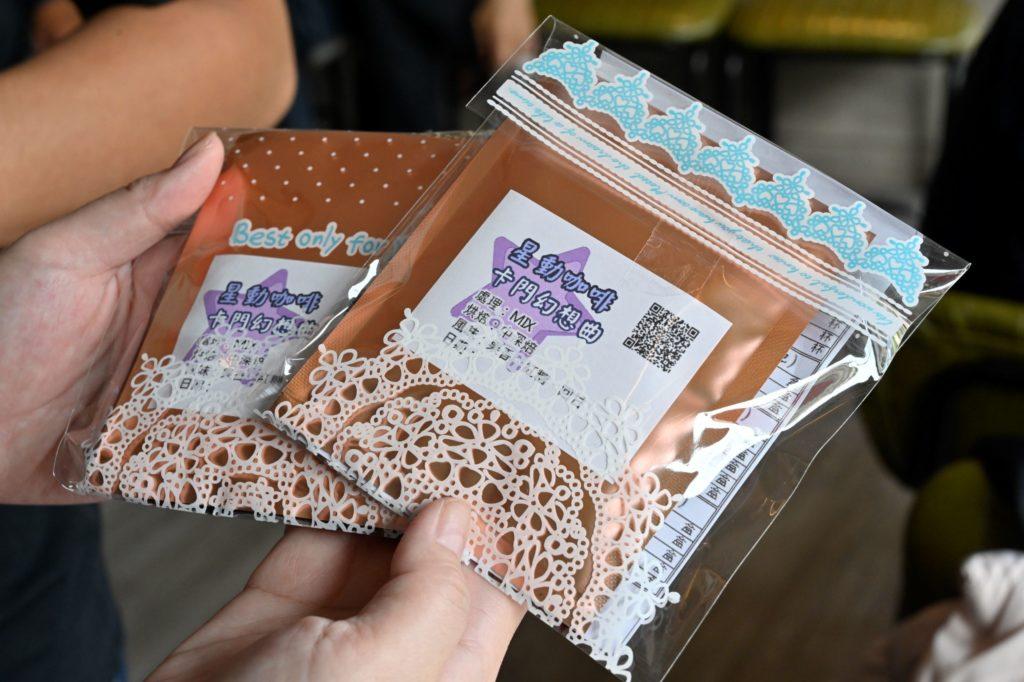 星動咖啡館除了提供手沖咖啡的服務,還有販售星兒們親手包裝的咖啡濾掛包。(圖.陳思明攝)