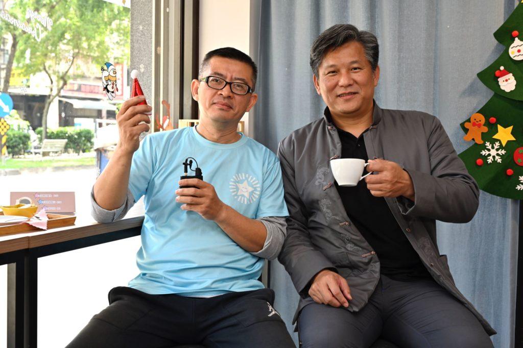 自閉症適應體育休閒促進會的理事長李東琳 (左)和台灣愛咖啡推廣協會的執行長李國憲 (右)共同推動星動咖啡館計畫。 (圖.陳思明攝)