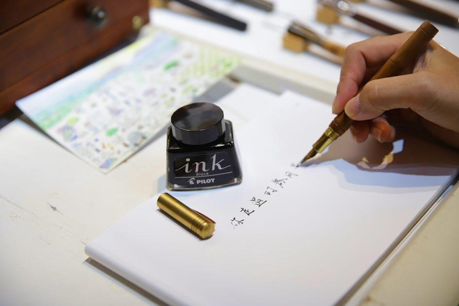 書寫的感覺總是讓人感到溫暖與眷戀,葉佐蔚希望藉由有溫度的筆來傳達寫字的美好 。( 圖.妮可魯)