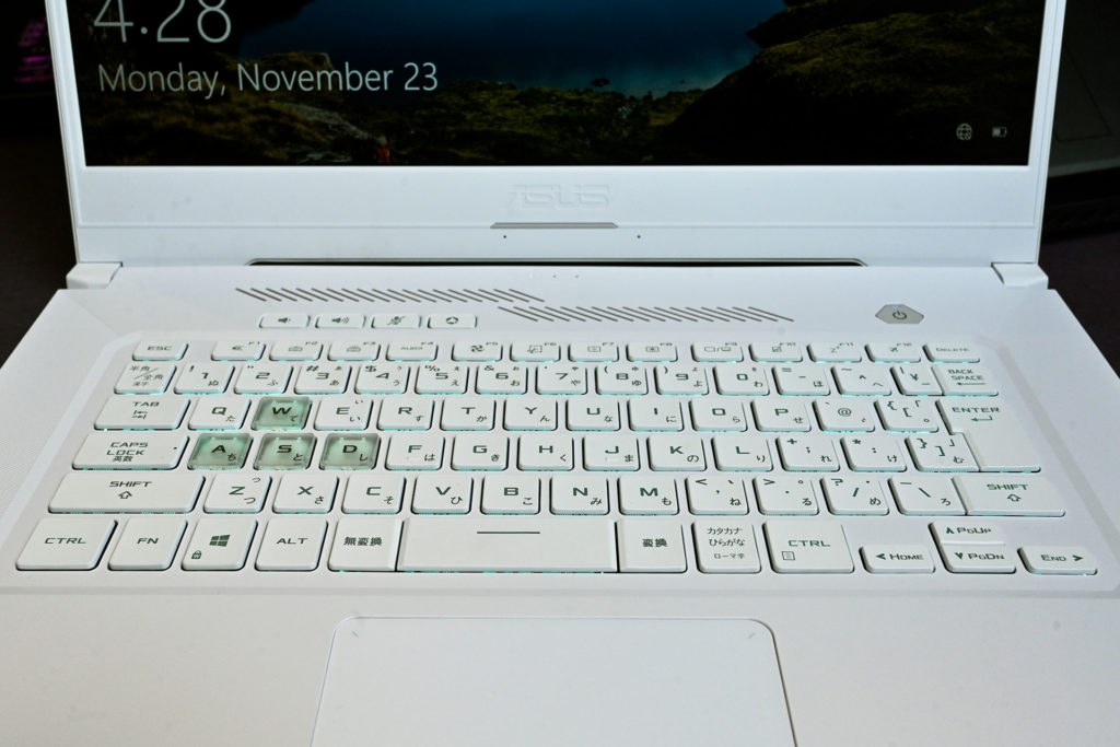 ROG TUF Dash F15鍵盤有WASD醒目設計、藍綠色背光、4個快捷鍵及1.7mm鍵程。(圖.陳思明)