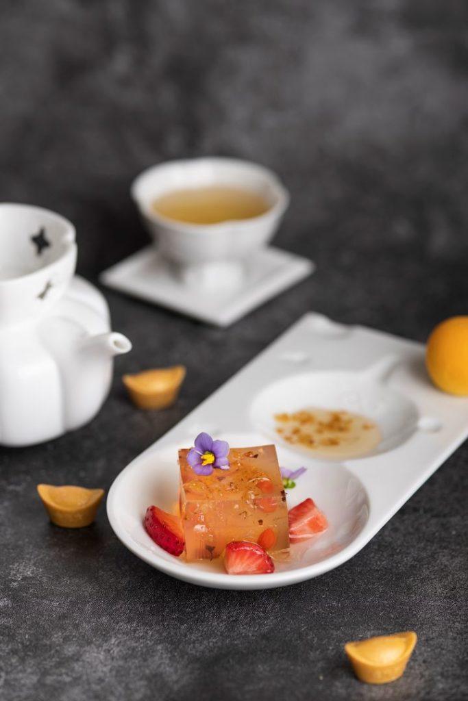 優雅的白瓷搭配現代午茶餐點,展現誘人的饗食樂趣。(圖.香格里拉台北遠東國際大飯店 提供)