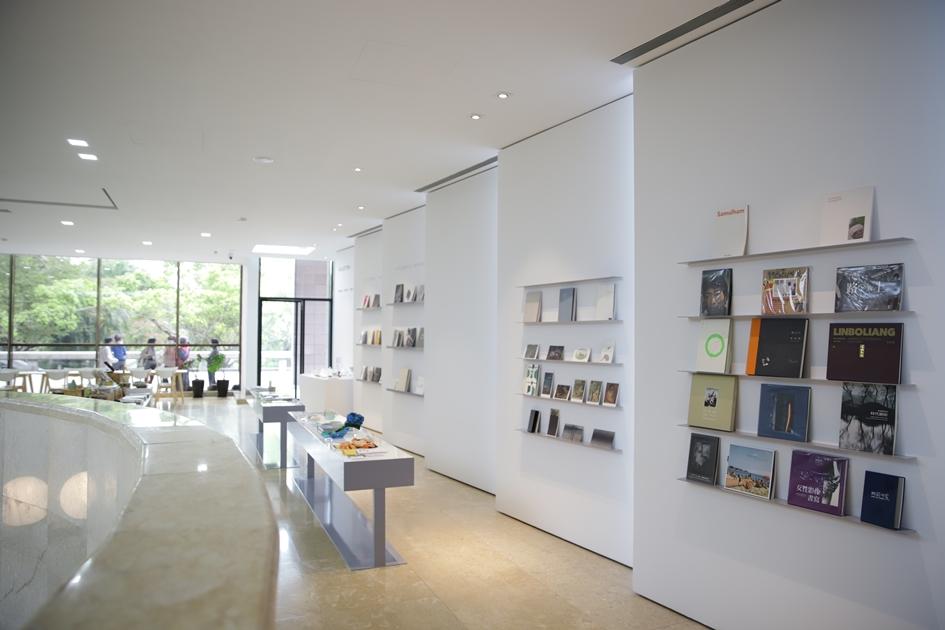 高美書屋借景窗外清新綠意,並以美術館視角選物,營造風格生活感 。( 圖.妮可魯)