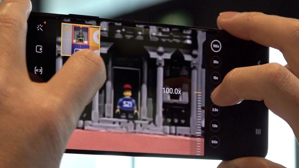 變焦超過20倍之後,會在螢幕左上角出現一個小框框,就是「AI防手震變焦」。(圖.張家銘)