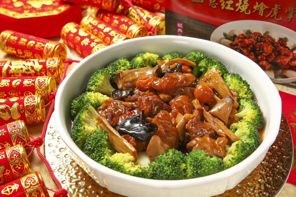 紅燒燴虎掌,口感滑嫩又滿滿膠原蛋白的豬腳蹄筋,既喜氣又好吃。黃景龍師傅還搭配木耳、筍片、栗片、紅蘿蔔與杏鮑菇,營養滿分。(圖.蔡暉宏攝)