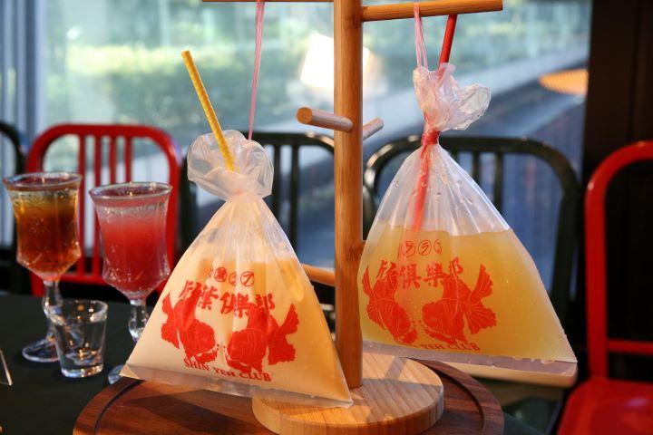 將飲品以塑膠袋承裝,更有一股濃濃復古懷舊感受。(圖.蔡暉宏 攝影)