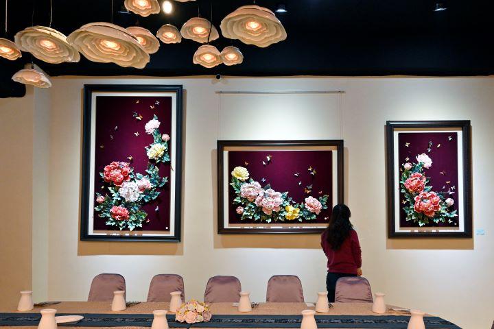 巧奪天工的瓷器作品成為空間情境中最美的裝飾。(圖.陳思明 攝影)
