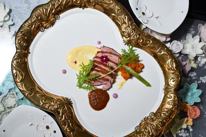 一邊品嘗主廚精心料理的美食,一方面鑑賞1300的瓷器。(圖.陳思明 攝影)