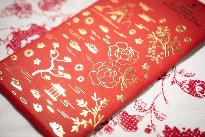 香格里拉台北遠東國際大飯店的紅包,燙印了富貴的牡丹和象徵吉祥的松竹梅。(圖.徐家駒 攝影)