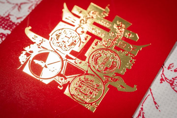 台南晶英酒店的紅包袋帶有絨面的觸感烙印阿舍澎派的效果。(圖.徐家駒 攝影)