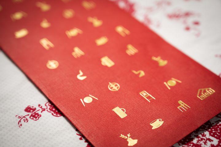MOT明日家居的紅包袋則是烙印各式各樣的設計家具家飾品。(圖.徐家駒 攝影)
