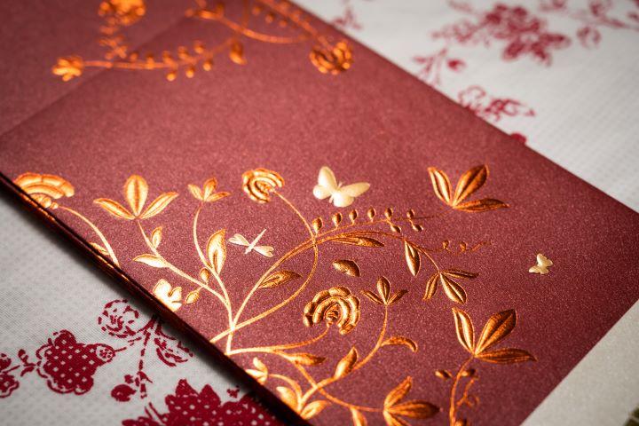 台北文華東方酒店的紅包袋,將酒店內眾多蝴蝶飛舞的畫面展現在紅包袋的設計。(圖.徐家駒 攝影)