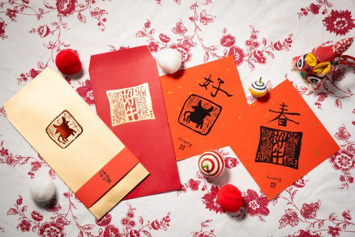 好春設計第13年的公益紅包袋,今年以象徵沉穩信賴的版畫「好牛」為設計主軸。(圖.徐家駒 攝影)