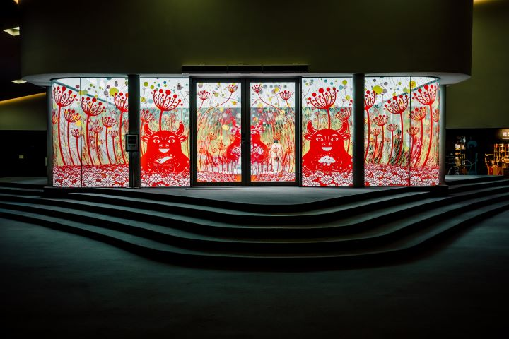 楊士毅再度以剪紙的方式於高雄衛武營創作「繁花盛開的祝褔-新春剪花藝術裝置展」。(圖.衛武營國家藝術文化中心 提供)