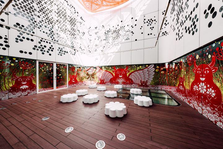 挑高的中庭空間,在不同日光撒落的時刻,與雕琢的作品產生迷人的光影變化。(圖.衛武營國家藝術文化中心 提供)