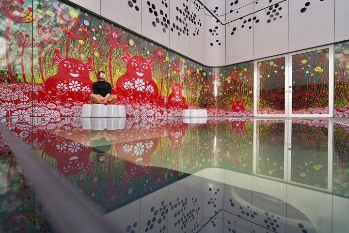 挑高的天井中,透過鏡面玻璃與折射的材質地面,營造出一股虛幻的夢境感受。(圖.楊士毅 提供)