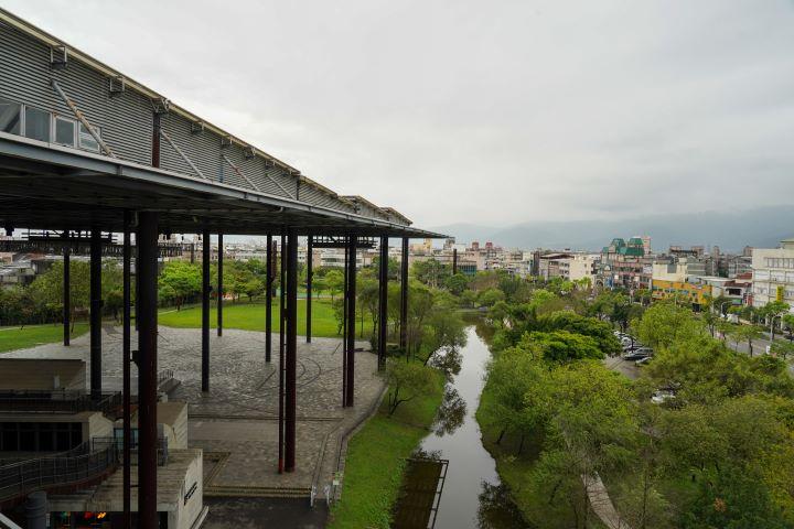 以36根鋼樑建構的建築體,可居高臨下眺望羅東城市風光。(圖.林玉偉 攝影)
