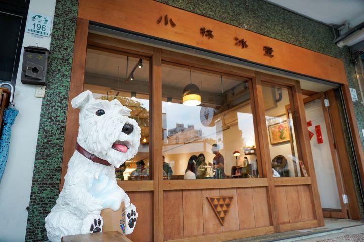 店門口必拍打卡的寵物狗模型,是店主夫婦兩人心愛的寵物。 (圖.林玉偉 拍攝)