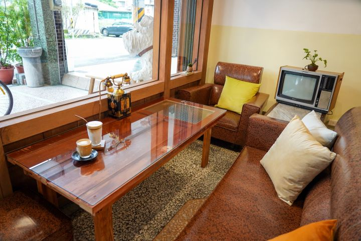 將阿嬤家舊有的復古沙發、家電、家具家飾品整修後,成為全新小林冰堂最迷人的空間陳設。 (圖.林玉偉 拍攝)